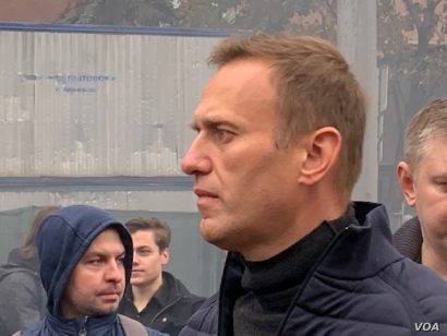 Anti-corruption campaigner Alexei Navalny just before bounded to protest stage to tell protesters they should have confidence in their power, Moscow, Sept. 29, 2019. (J. Dettmer/VOA)