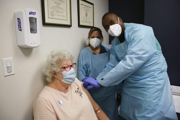 Covid-19 Vakalarında Rekorlara Devam Eden ABD'de Aşı Uygulaması Başladı