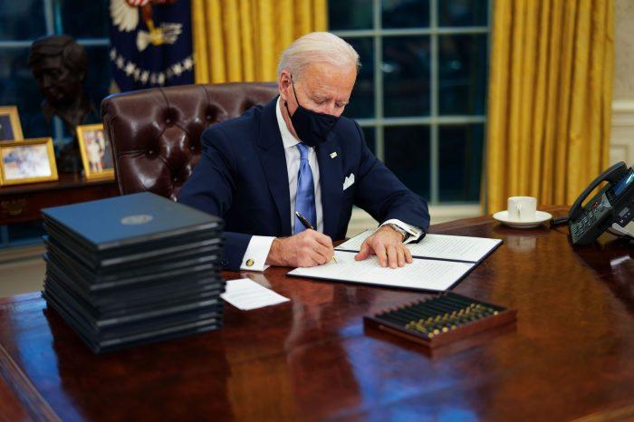 Biden, Trump Yönetiminin Kararlarını Tersine Çeviren 17 Kararname İmzaladı