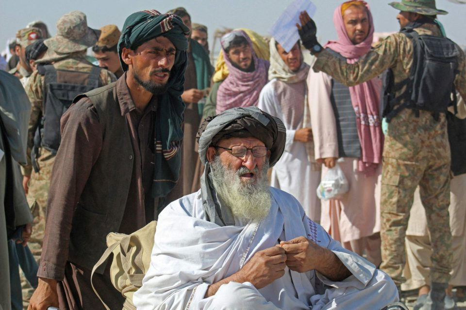 Afghan nationals arrive at the Pakistan-Afghanistan border crossing point in Charman to return to Afghanistan, Aug. 22, 2021, following the Taliban's stunning takeover of Afghanistan. (AFP Photo)