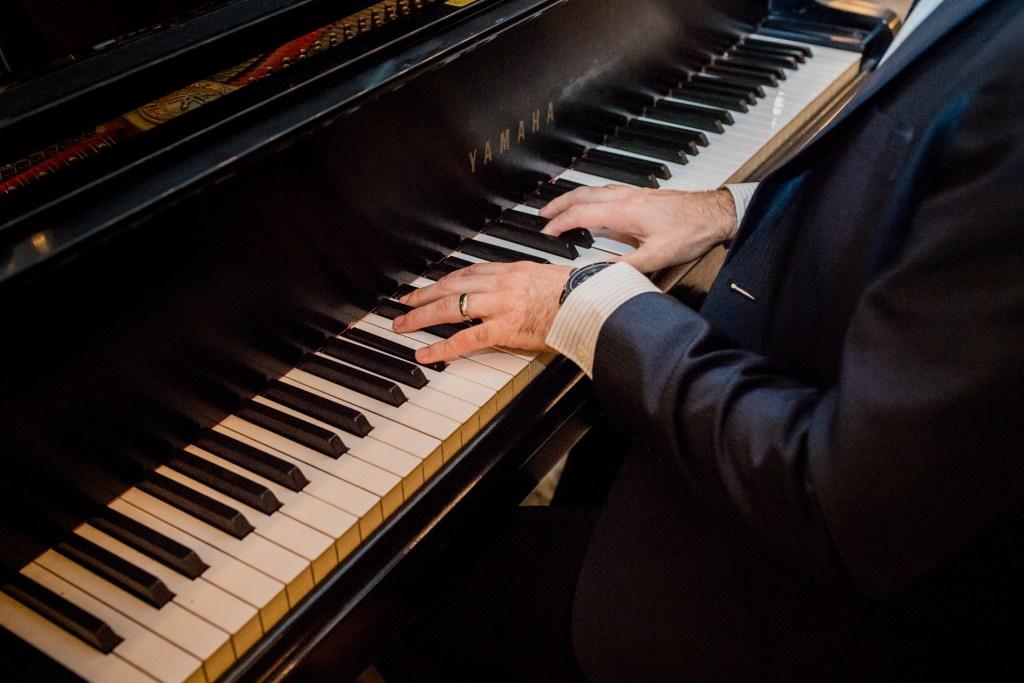 man playing piano at columbus ohio westin wedding