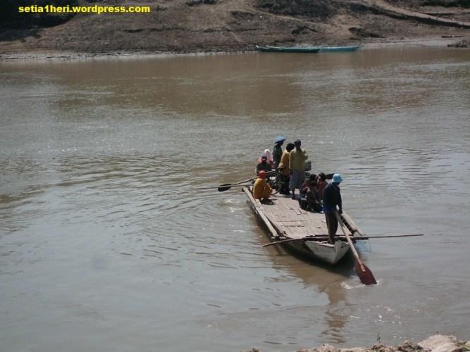 perahu tambang di bengawan solo bojonegoro