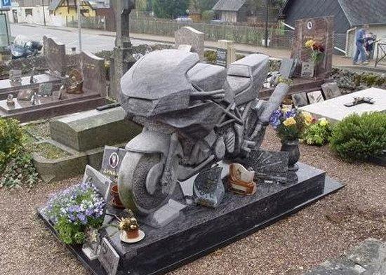 kuburan-nisan-makam-unikanehdotcom