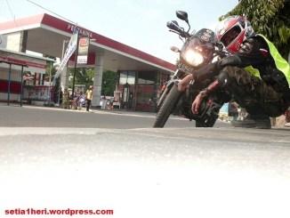 Motor laki isi BBM di SPBU, perlukah turun dari motor?