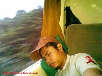 tidur di kereta eksekutif