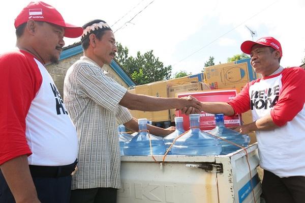 bantuan galon dari AHM untuk warga korban longsor banjarnegara