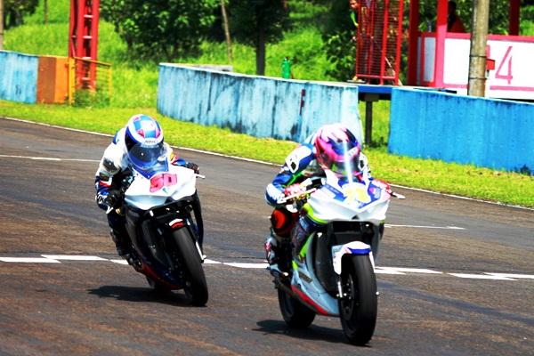 Yamaha YZF-R25 digeber Irwan Ardiyansyah (depan) dan Wilman Hammar (belakang) di Kejurnas kelas 250 cc di Sentul International Circuit