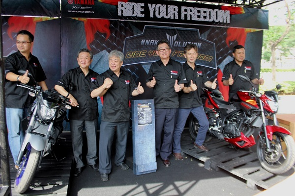 Management PT Yamaha Indonesia Motor Manufacturing berfoto bersama MT-25 di sesi press conference di Jakarta