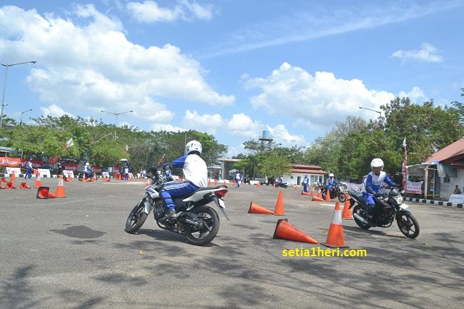 Honda CB150R lawas dipakai slalom