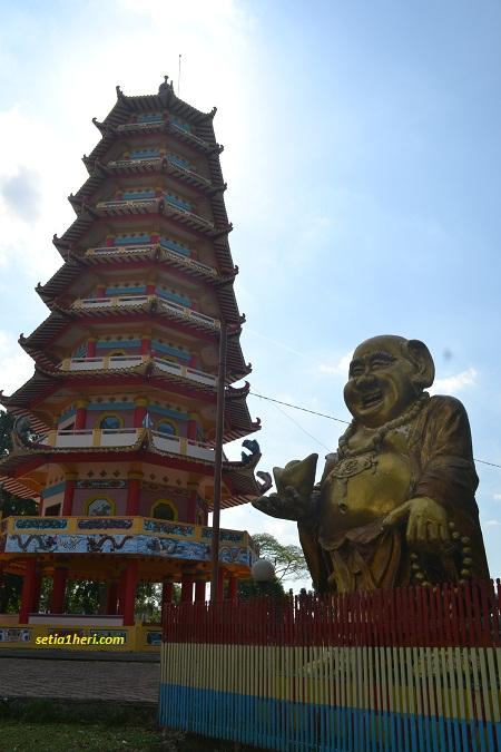 patung buda tersenyum di dekat pagoda pulau kemaro palembang
