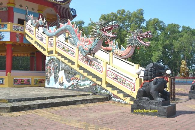 patung naga di pagoda pulau kemaro palembang
