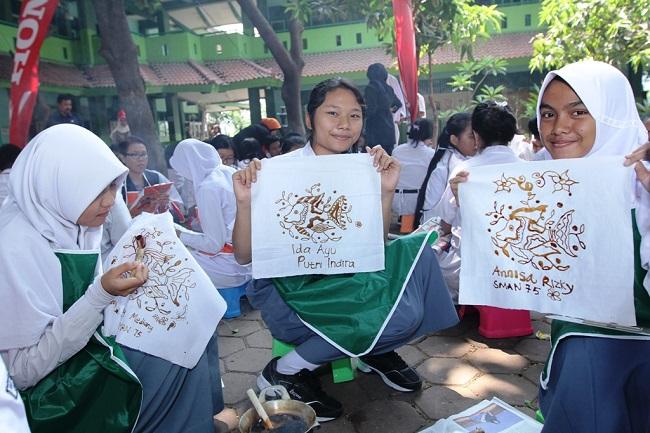sahabat satu hati membatik batik khas jakarta utara tahun 2015 (2)