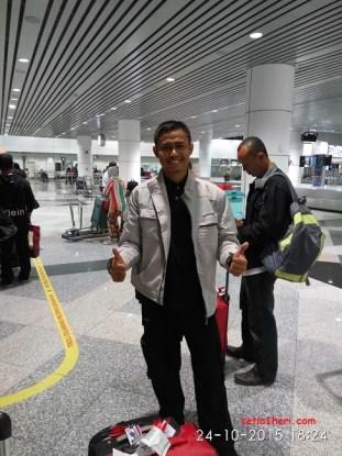 mejeng di bandara kuala lumpur malaysia