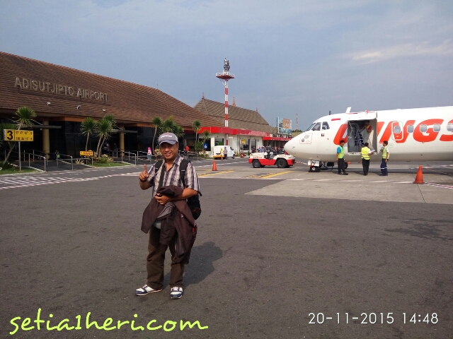 Mbah Wir nyobamoto di Bandara Adi Sutjipto Jogjakarta