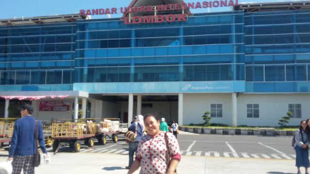 Nebi Agustina di depan Bandara Internasional Lombok tahun 2014