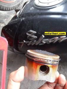 seker alias piston bajaj pulsar 180 ug 4 terbakar akibat kehabisan oli pelumas (3)