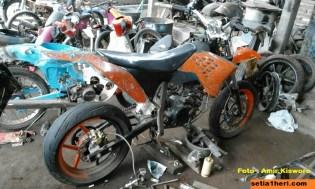 modifikasi bajaj pulsar 200 menjadi supermoto KTM 250 SX punya amir kisworo asal ponorogo tahun 2016 (13)
