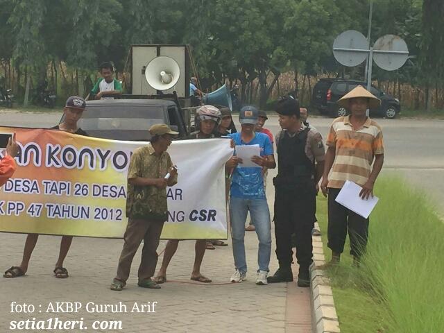 foto demo LSM ABDUL di PT Semen Indonesia yang dijaga oleh polisi Brigda Abdul Qodir