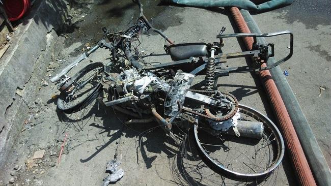 foto motor supra terbakar akibat konsleting di surabaya 25 april 2016