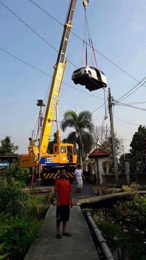 mobil mewah Toyota Vellfire hampir kecebur sungai karena percaya gps waze online di Malaysia