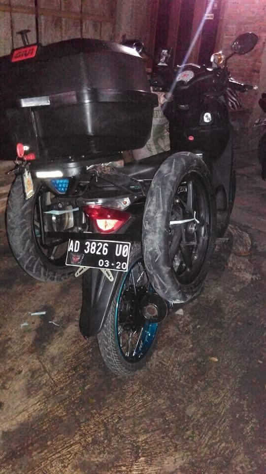 Motor Vario dengan ban serep dikanan kiri