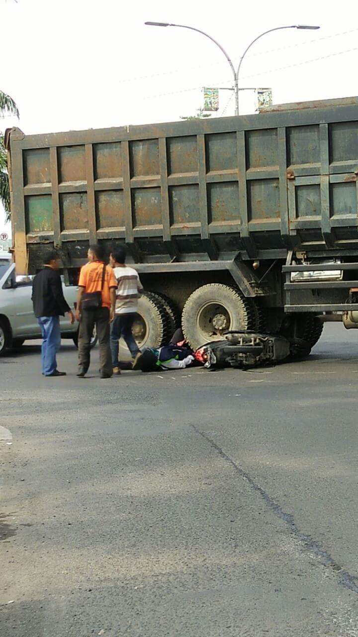 kecelakaan di dekat tol bunder akibat trabas lampu merah tanggal 1 juni 2016~01