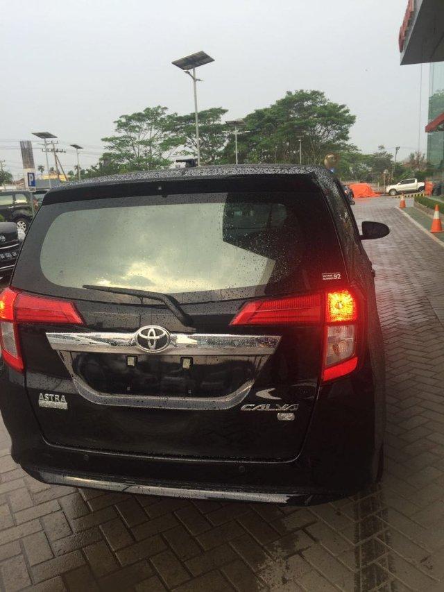 Bagian belakang Toyota Calya warna hitam tahun 2016