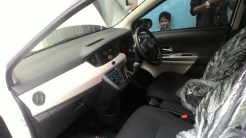 Gambar detail dashboard Daihatsu Sigra Tipe R MT Deluxe warna putih (kasta tertinggi)
