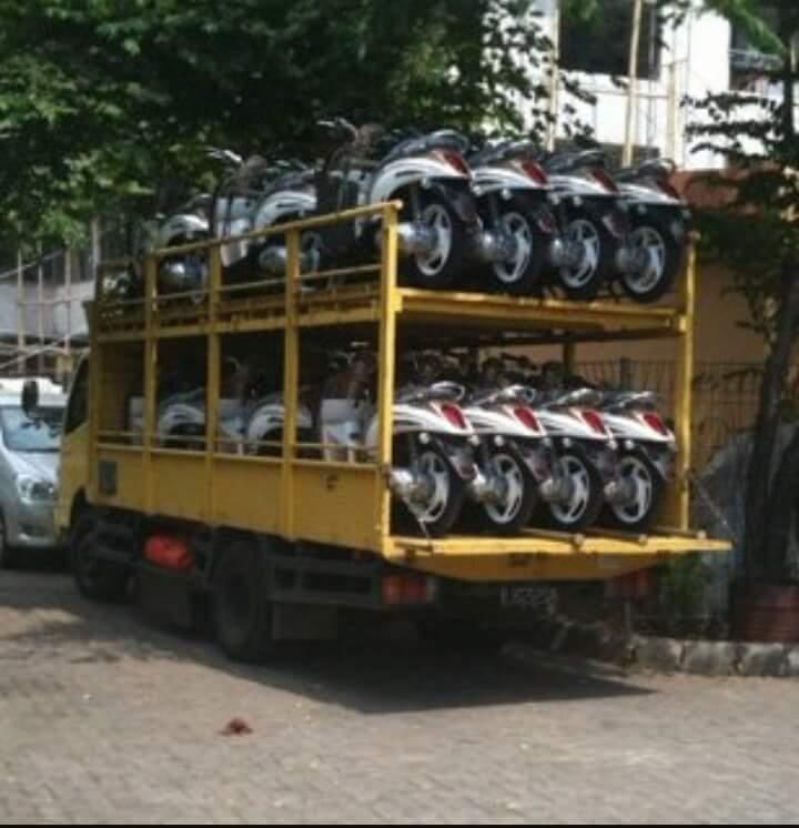 proses-pengiriman-motor-honda-dengan-truk-terbuka
