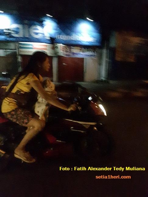 wanita-disemarang-bonceng-bayi-didepan-dengan-motor-ninja-tanpa-hel-14-november-2016