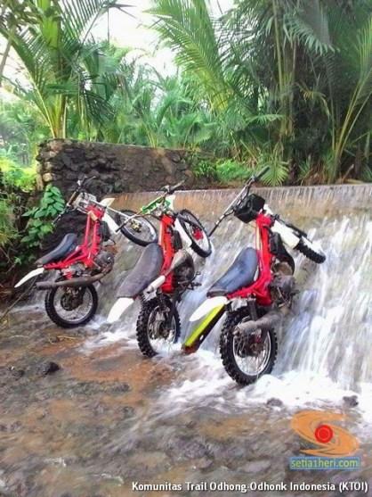 begini cara parkir unik motor trail di aliran air terjun