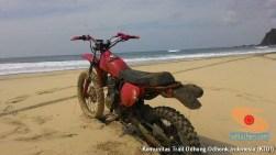 begini cara parkir unik motor trail di atas pasir laut