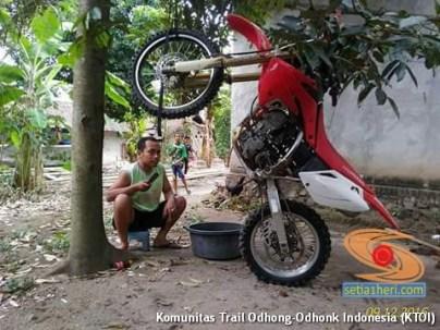 begini cara parkir unik motor trail di gantung