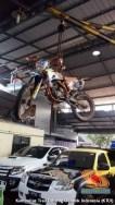 cara parkir unik motor trail di gantung