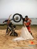 cara parkir unik motor trail di sesi foto prewedding