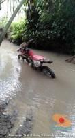 cara parkir unik motor trail di sungai
