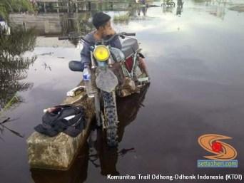 cara parkir unik motor trail pas banjir di Indonesia