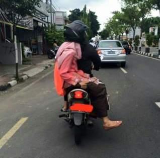 https://i2.wp.com/setia1heri.com/wp-content/uploads/2017/02/posisi-bonceng-anak-yang-berbahaya01.jpg?w=318&h=314
