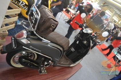 modifikasi scoopy velg 12 inch seperti skuter vespa (1)