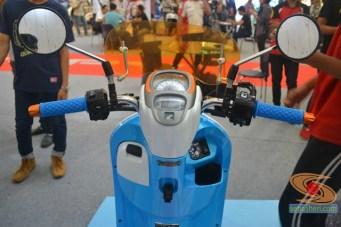 Honda scoopy velg 12 inch tahun 2017 modifikasi playful white blue (10)