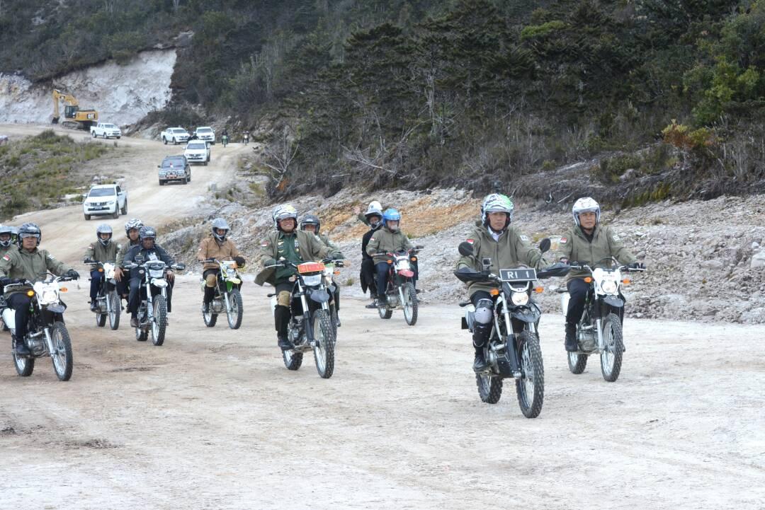 presiden jokowi dan panglima tni gatot nurmantyo naik trail kawasaki klx 150bf di trans papua tahun 2017