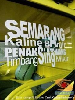 tulisan stiker inspiratif di kaca truk