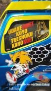 tulisan stiker unik di kaca truk