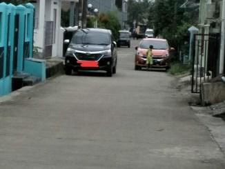 mobil parkir pinggir jalan perumahan yang sungguh mengesalkan