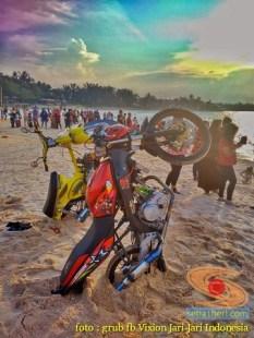 Kumpulan foto unik cara parkir motor Yamaha Vixion di area pasir (11)