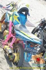 Kumpulan foto unik cara parkir motor Yamaha Vixion di area pasir (5)
