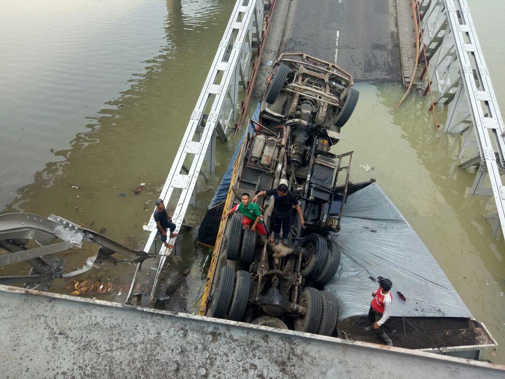Jembatan Widang, Babat ambrol, ada 3 truk dan 1 sepeda motor terjun ke sungai Bengawan Solo.