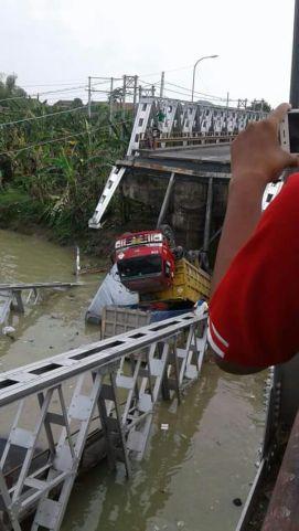 Jembatan Widang, Babat ambrol, ada 3 truk dan 1 sepeda motor terjun ke sungai Bengawan Solo tahun 2018~13