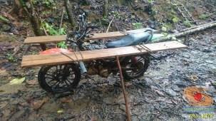 gambar 3 detail ojek motor cadas di tengah hutan