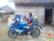 Serunya blogger setia1heri manasin mesin Suzuki GSX R 150 alias si 3C0 buat sungkem emak di Tuban (10)